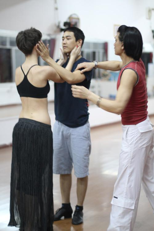 Mặc scandal, Hứa Vỹ Văn vẫn thản nhiên tập nhảy - 3