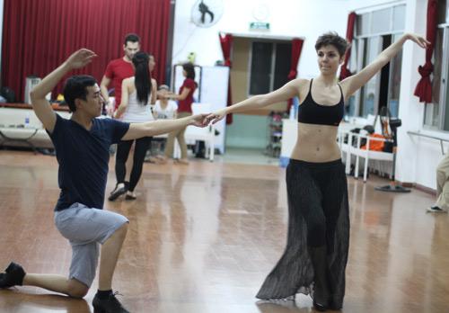Mặc scandal, Hứa Vỹ Văn vẫn thản nhiên tập nhảy - 8