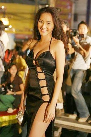 Những bộ váy gây bất bình nhất của sao - 6