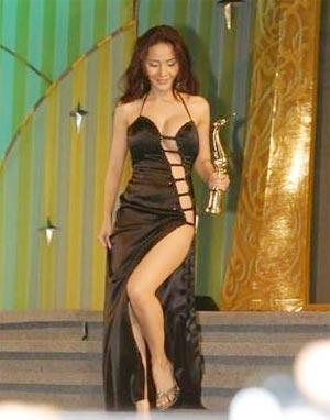 Những bộ váy gây bất bình nhất của sao - 7