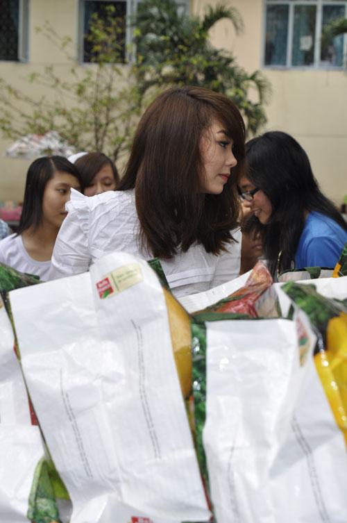 Minh Hằng, Thủy Tiên gây chú ý tại bệnh viện - 3