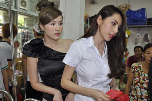 Minh Hằng, Thủy Tiên gây chú ý tại bệnh viện - 8