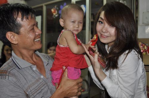 Minh Hằng, Thủy Tiên gây chú ý tại bệnh viện - 16