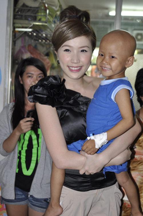 Minh Hằng, Thủy Tiên gây chú ý tại bệnh viện - 12