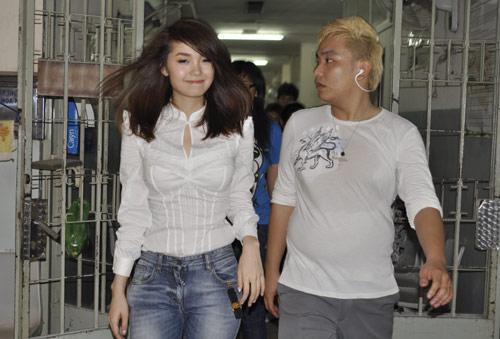Minh Hằng, Thủy Tiên gây chú ý tại bệnh viện - 17