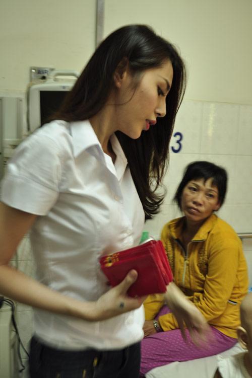 Minh Hằng, Thủy Tiên gây chú ý tại bệnh viện - 11