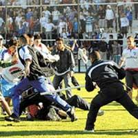 Video bóng đá: Bạo lực sân cỏ