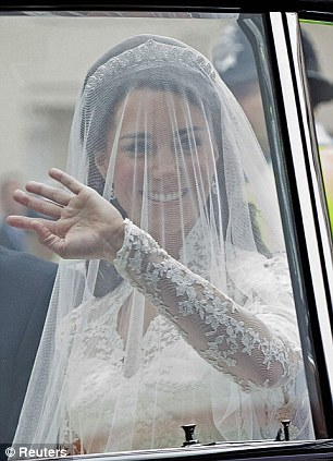 Lộ diện váy cưới được mong đợi nhất thế giới - 3