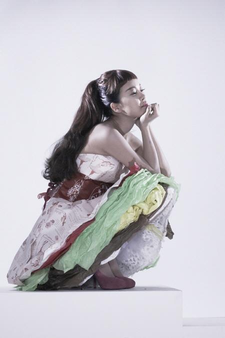 Váy giấy đẹp như mơ của sao Hàn - 1