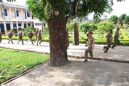 Xem bộ đội đặc công ngụy trang tập luyện - 1