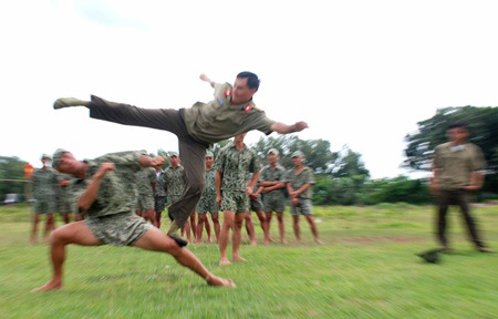 Xem bộ đội đặc công ngụy trang tập luyện - 12