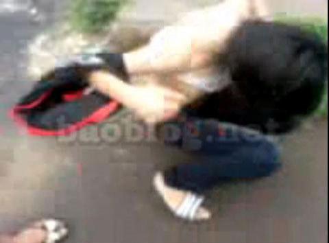 Nữ sinh Bắc Ninh thể hiện đẳng cấp đánh nhau lột áo giữa đườngg