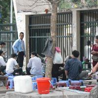 """Bán trà đá, """"hái"""" ra nhà Hà Nội"""