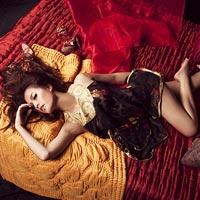 Hoàng Thùy Linh nóng bỏng trên giường