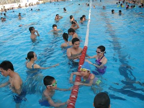 Vi trùng, vi khuẩn ngập bể bơi mùa hè - 1