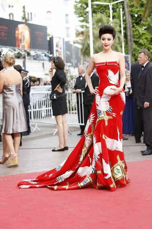 Váy của Phạm Băng Băng mang biểu tượng của Hoàng gia Nhật? - 3