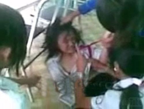 """Nữ sinh bị lột áo """"tra tấn"""" trong lớp học - 1"""