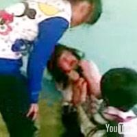"""Nữ sinh bị lột áo """"tra tấn"""" trong lớp học"""