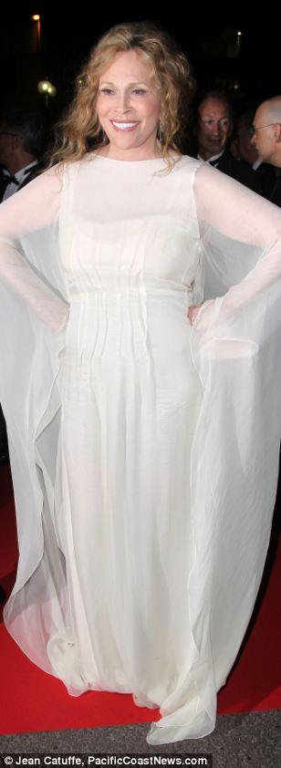 Ngắm sao diện váy ren trắng tao nhã - 5
