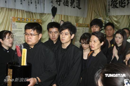 Lâm Chí Dĩnh và vợ đưa tiễn cha - 2