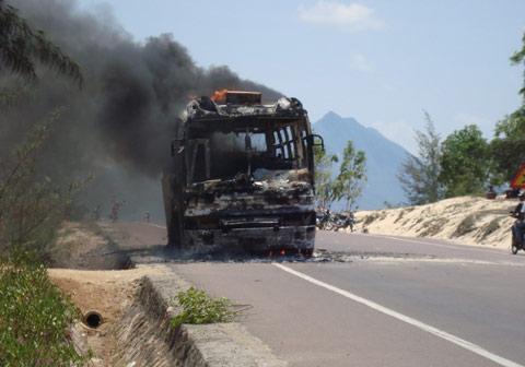 Xe ô tô chở 30 khách cháy rụi giữa đường - 1