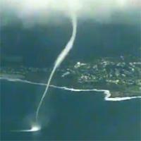 Video: Vòi rồng càn quét biển Australia