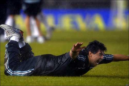 """Maradona: Sự điên loạn của """"cậu bé vàng"""" - 2"""