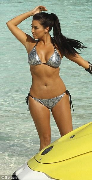 """Kim """"siêu vòng 3"""" gây sốt với bikini - 1"""