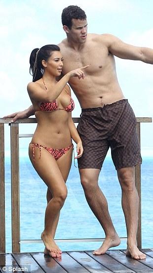 """Kim """"siêu vòng 3"""" gây sốt với bikini - 10"""