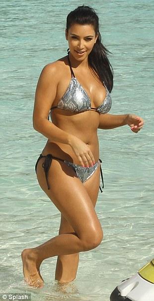 """Kim """"siêu vòng 3"""" gây sốt với bikini - 3"""