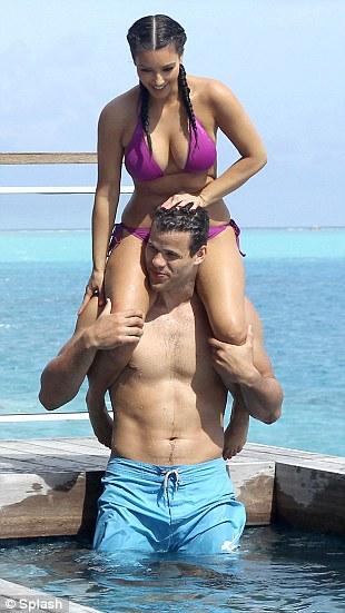 """Kim """"siêu vòng 3"""" gây sốt với bikini - 9"""