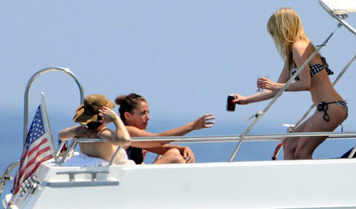 Arvil Lavigne lộ nhũ hoa khi tắm biển - 1