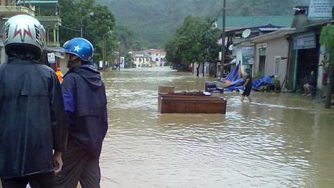 Cảnh lũ quét nhấn chìm miền tây Nghệ An - 2