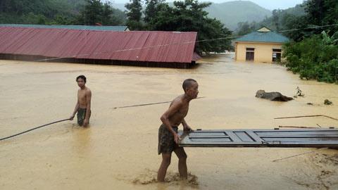 Cảnh lũ quét nhấn chìm miền tây Nghệ An - 8