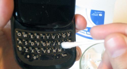 Những cách vệ sinh điện thoại di động - 6