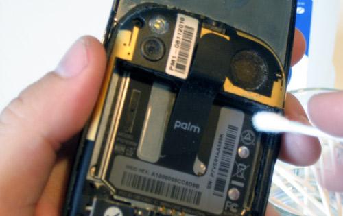 Những cách vệ sinh điện thoại di động - 8