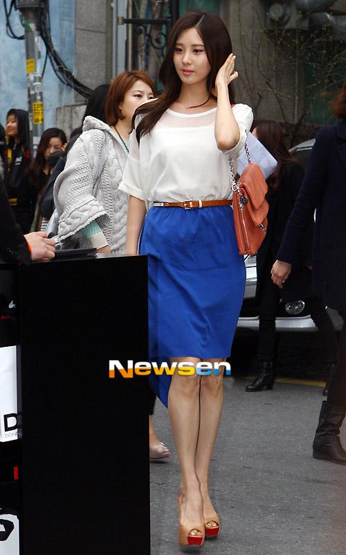 Học sao Hàn khoe chân sexy với miniskirt - 18