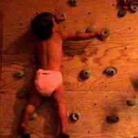 22 tháng tuổi leo tường cực giỏi