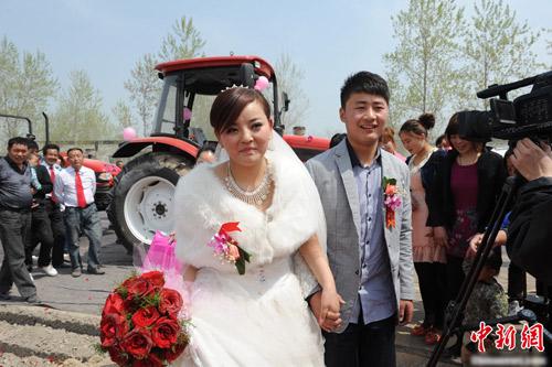 Ấn tượng màn rước dâu bằng máy kéo - 4
