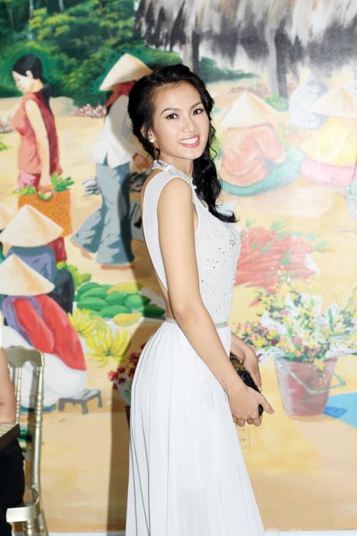 Tiết lộ cân nặng của người mẫu Việt - 1