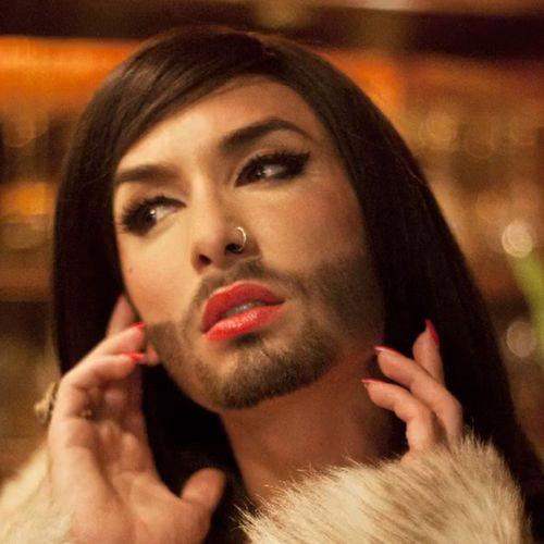 Nữ ca sỹ có râu gây xôn xao - 1