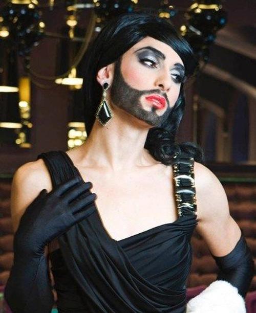 Nữ ca sỹ có râu gây xôn xao - 10