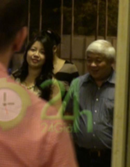 Video: Bầu Kiên hạnh phúc cùng vợ đi xem ca nhạc - 3