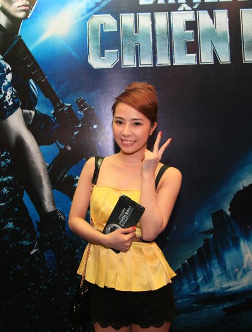 Quỳnh Nga diện sooc ren đi xem phim - 2
