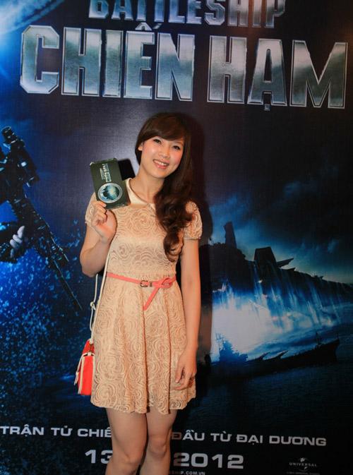 Quỳnh Nga diện sooc ren đi xem phim - 9