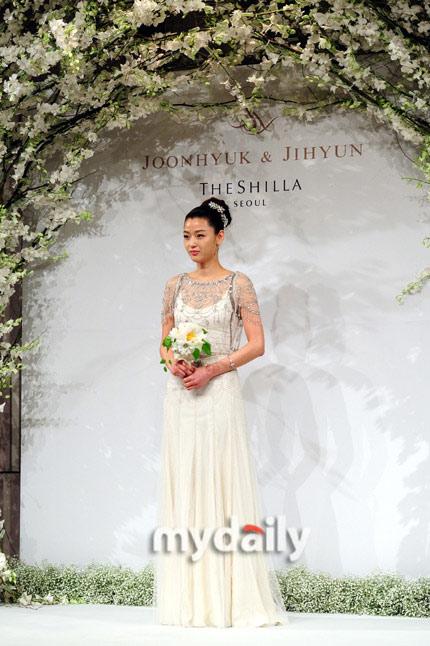 Jeon Ji Hyun đẹp như mơ trong ngày cưới - 1