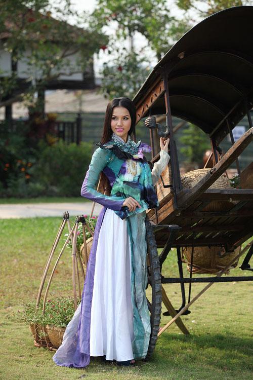 Trang Trần đằm thắm cùng áo dài lạ - 12