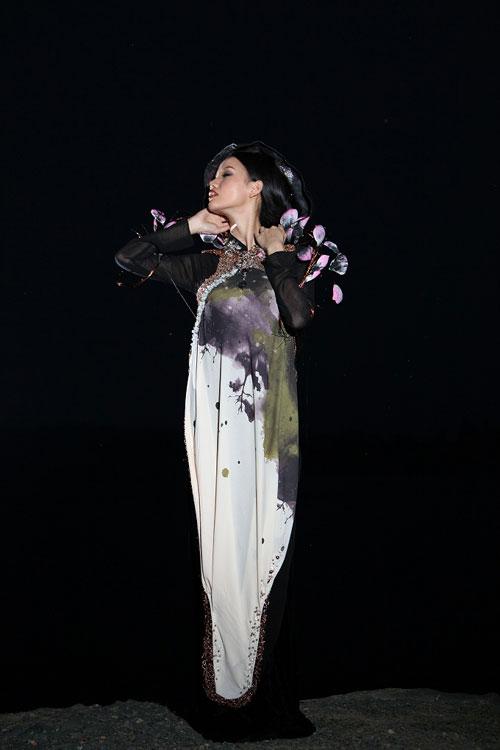 Trang Trần đằm thắm cùng áo dài lạ - 14