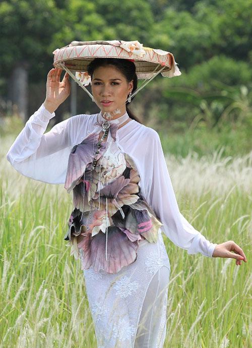 Trang Trần đằm thắm cùng áo dài lạ - 1