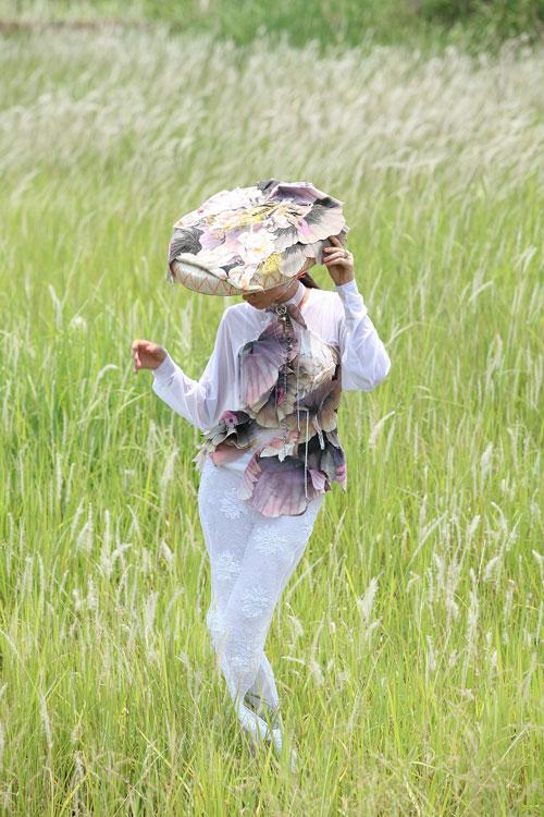 Trang Trần đằm thắm cùng áo dài lạ - 2
